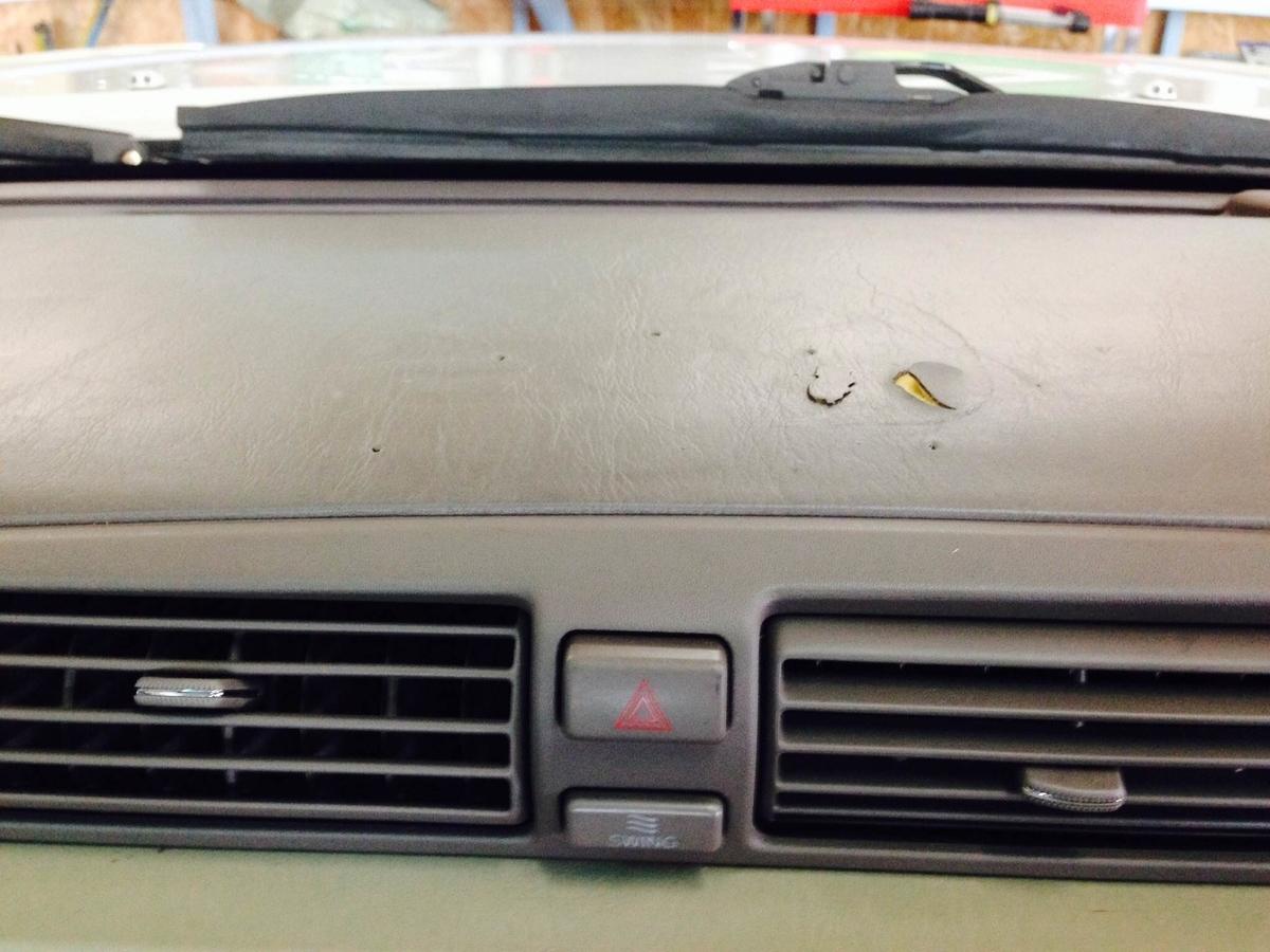 トヨタ/クラウン マジェスタ ダッシュボードの剥がれ+ビス穴補修1