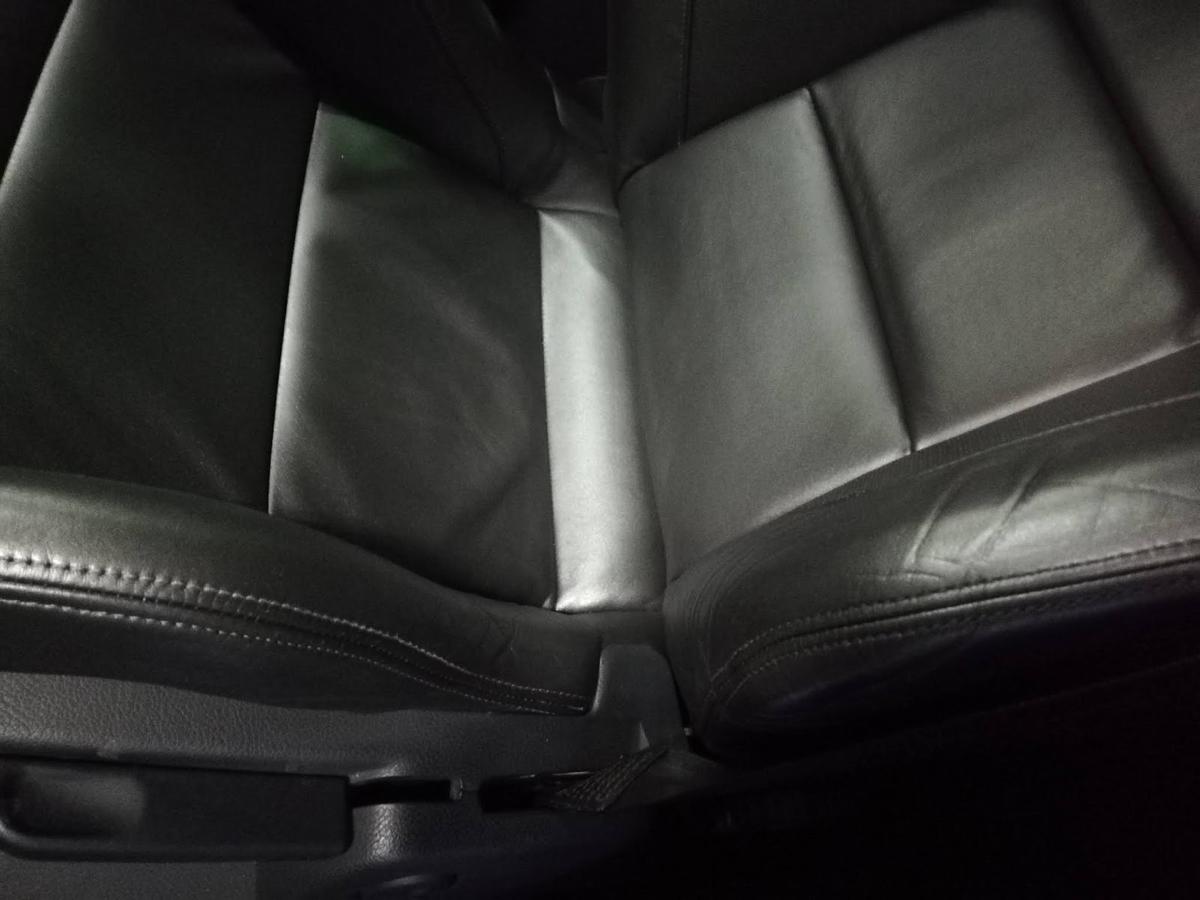 アウディ/RS4  革シート 擦れ+劣化ひび割れの補修