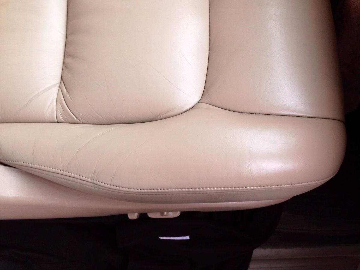 トヨタ/ランドクルーザーシグナス レザーシートひび割れ+色抜けの補修札幌1