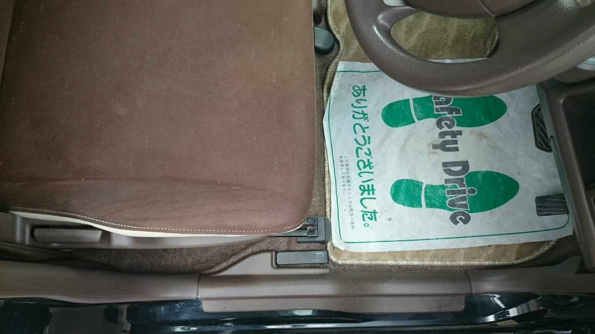 MRワゴン/アルファード 運転席モケットシートのタバコ焦げ穴補修札幌1