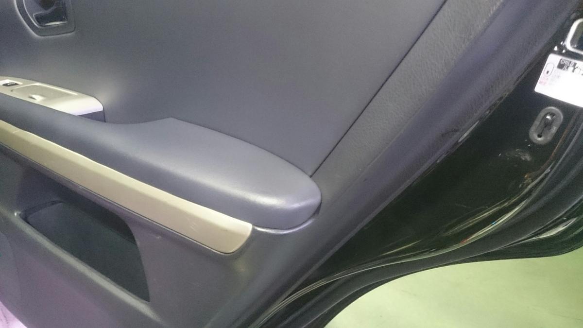 トヨタ/ハリアー ドア内張り:アームレストの破れ補修札幌1