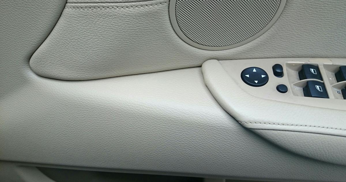 BMW/X6 ドア内張り・フロアカーペットの焦げ穴補修札幌1