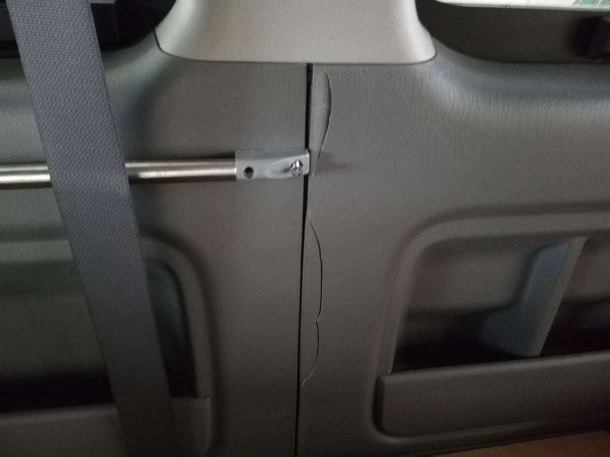 トヨタ/ハイエース ドア内張りプラスチックパネルの割れ補修 札幌