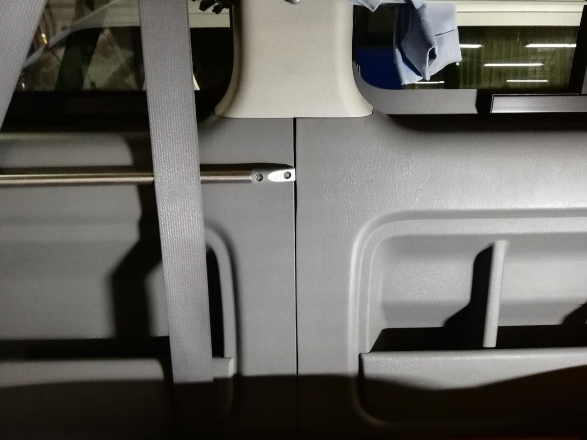 トヨタ/ハイエース ドア内張りプラスチックパネルの割れ補修札幌1