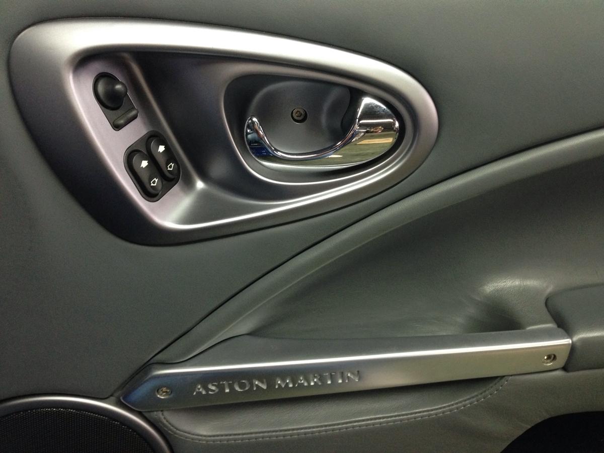 アストンマーチン/ヴァンキッシュ 内装プラスチックパーツ(ハンドルコラム・スピーカー)べタ付き+割れのシルバー塗装 札幌