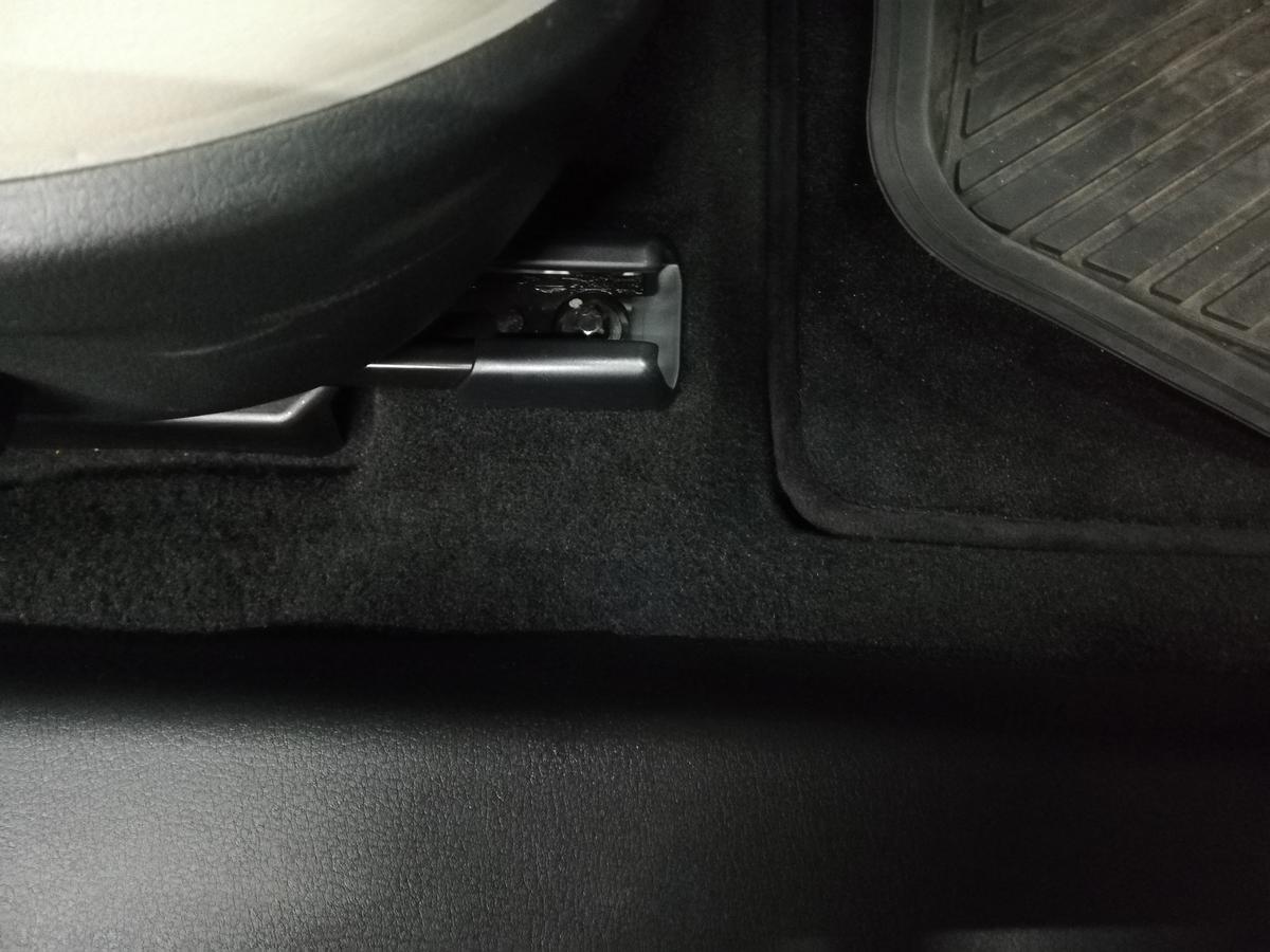 マツダ/MAZDA3 革シートたばこ焦げ穴・フロアカーペット焦げ穴・ドア内張り破れ補修 札幌4
