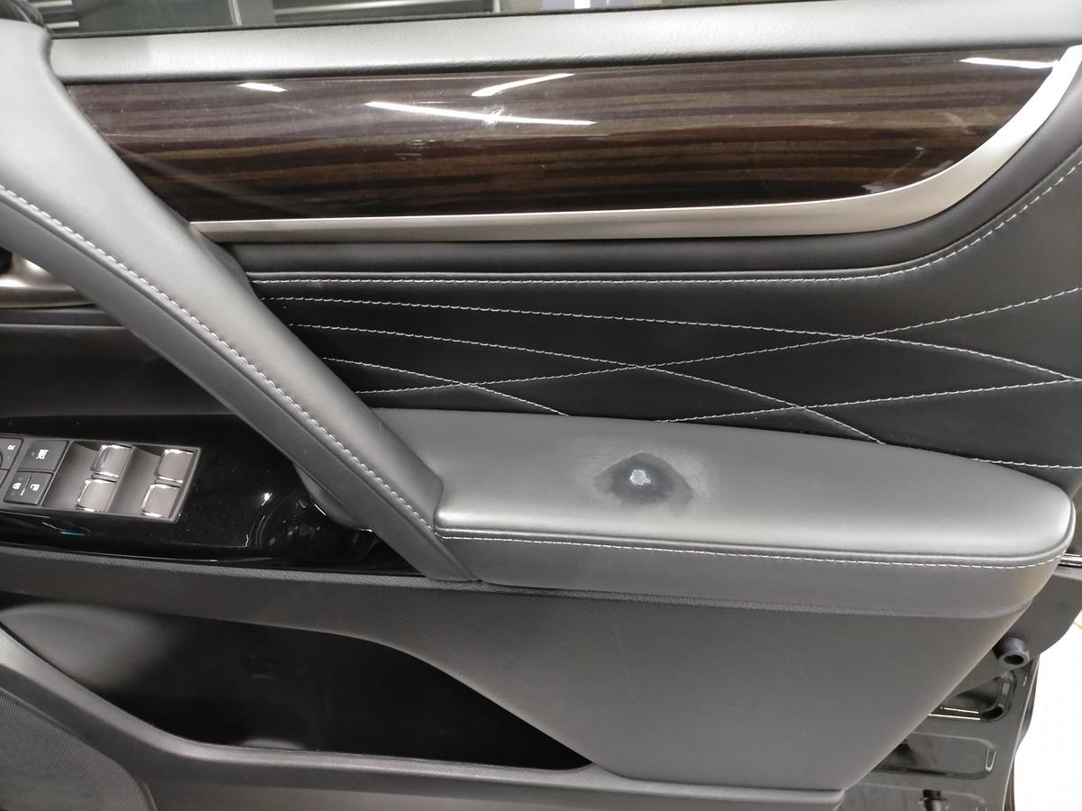 レクサス/LX570 ドアトリム内張り革アームレストの表皮剥がれ補修札幌北広島