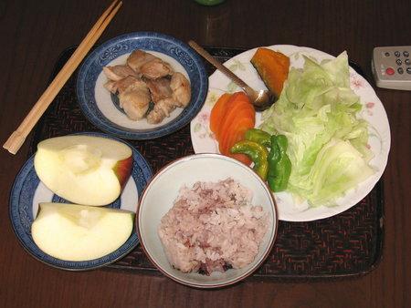昼食(御飯、鶏もも、キャベツ、しし唐、人参、南瓜、りんご)