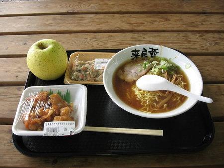 日曜の昼食(ラーメン@来良哲、鶏カラ、卯の花、りんご)