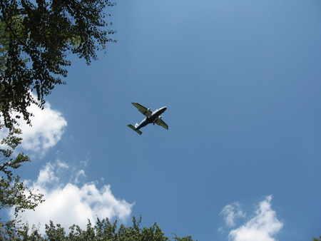 飛行場に着陸する飛行機
