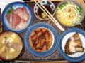 [肴]ぶり刺身、コーンサラダ、鶏ムネスパイス焼き、ハムカツ、豚汁