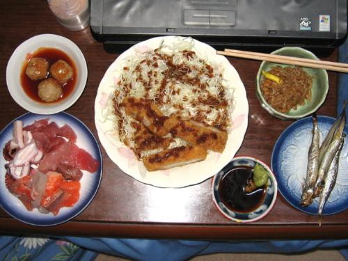 肉団子、トンカツ&キャベツ千切り、ナメコ納豆、シシャモ、海鮮オー