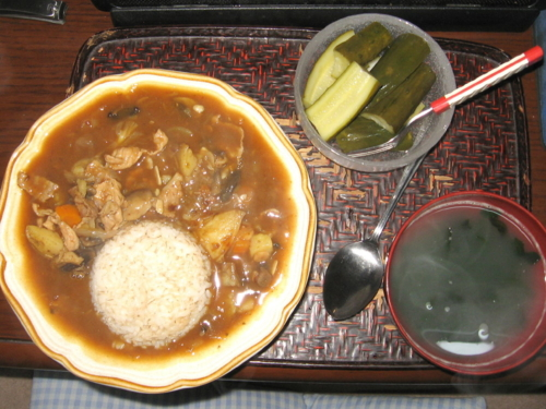 カレーライス、胡瓜のピクルス、ワカメスープ