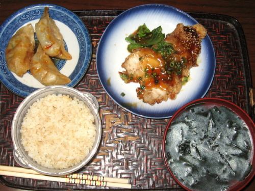揚げ餃子、鶏テリヤキ、麦ごはん、ワカメスープ