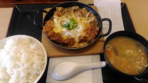鶏煮込みとチキンカツの合い盛り定食