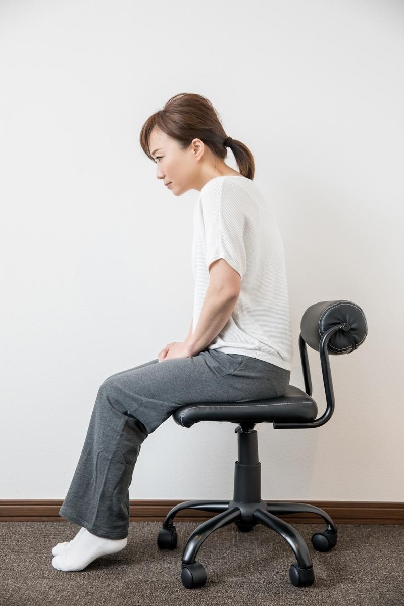 姿勢悪く座る女性