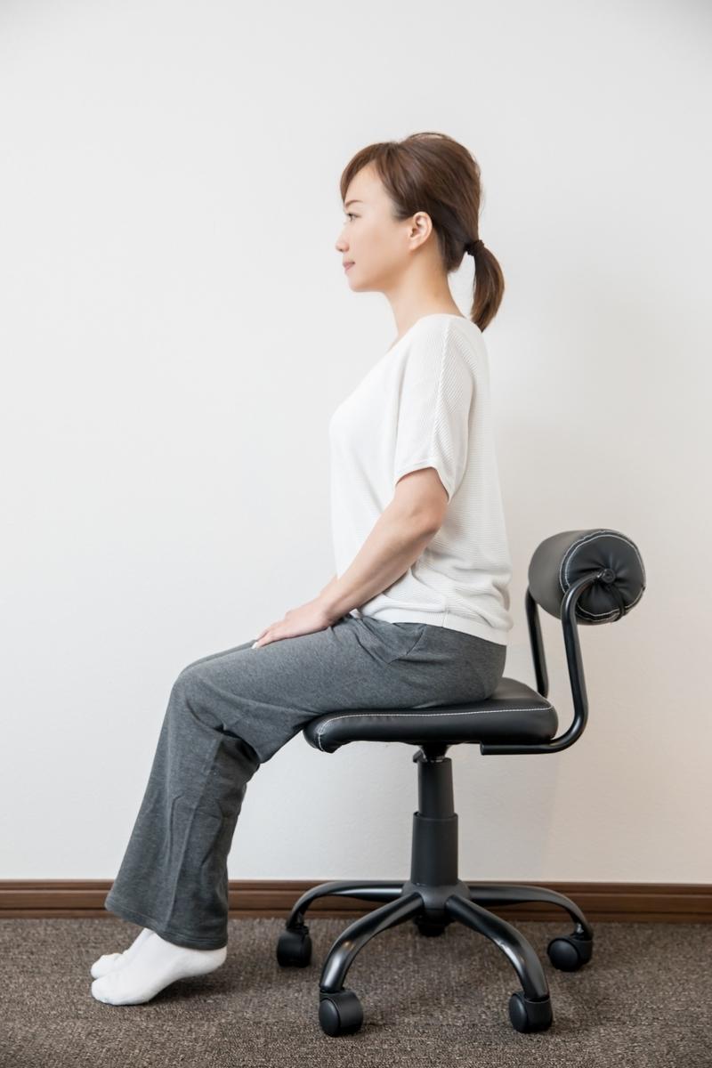 姿勢を意識する女性