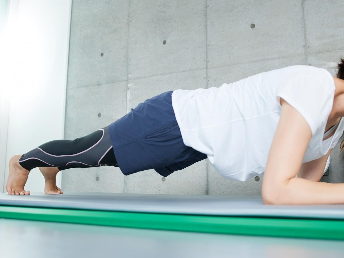 体幹トレーニングする女性