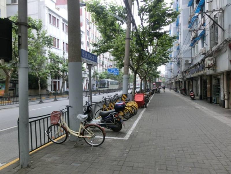 塵一つ落ちていないホテル前の道路♪