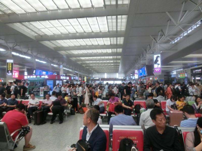 混雑する上海虹橋空港駅