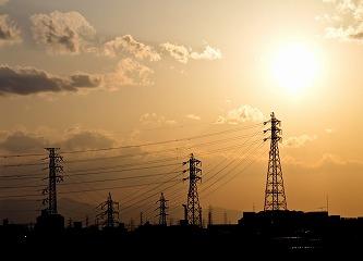 夕暮れの送電線の鉄塔