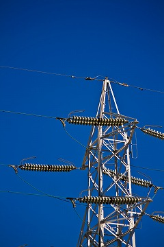 青空にそびえ立つ送電線の鉄塔