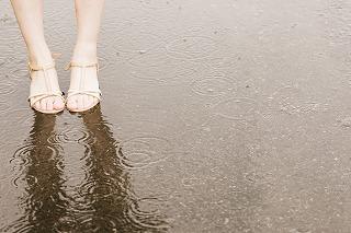 雨降り 女性の足下