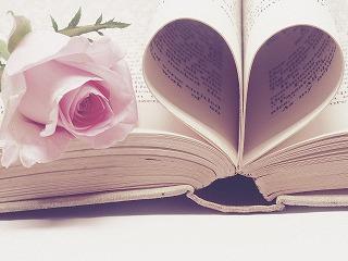ピンクの薔薇と本のページで作られたハート