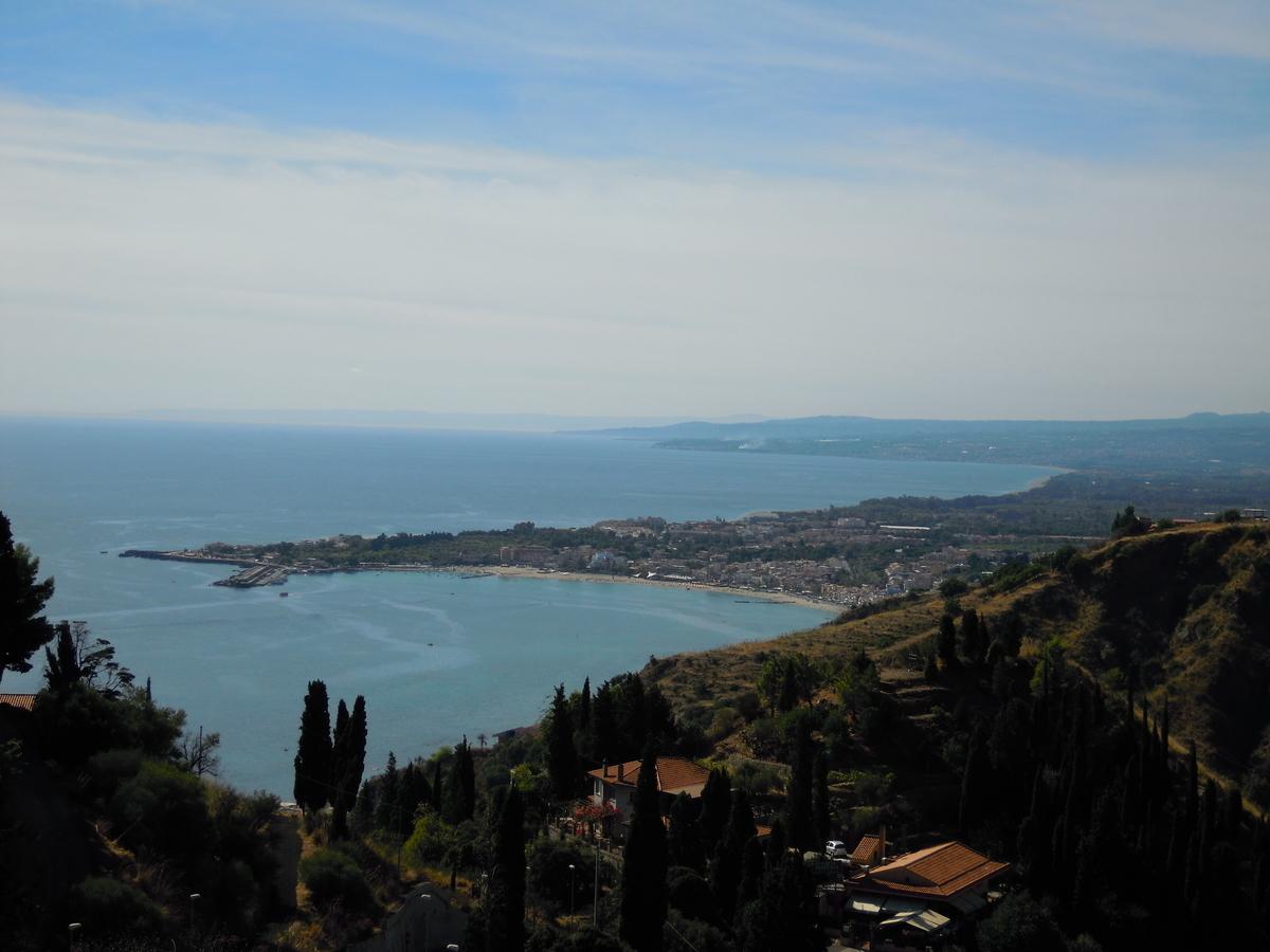 タオルミナから海を眺める。