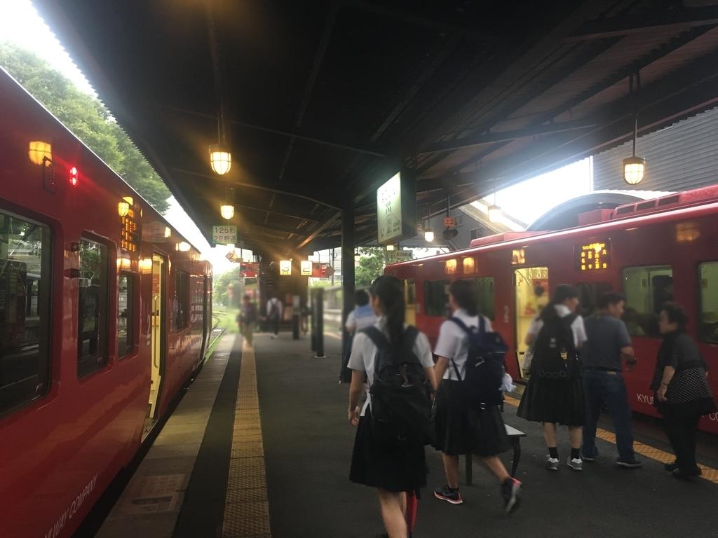 由布院駅での電車の乗り換えの様子