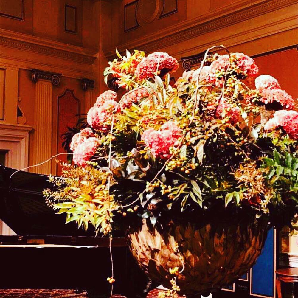 大きな花瓶にいけられたニコライ・バーグマンさんのアレンジ