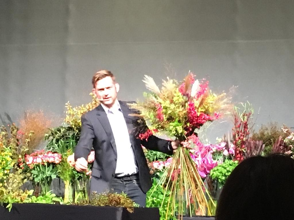 ニコライ・バーグマンさんが花束を作成するデモンストレーションの写真