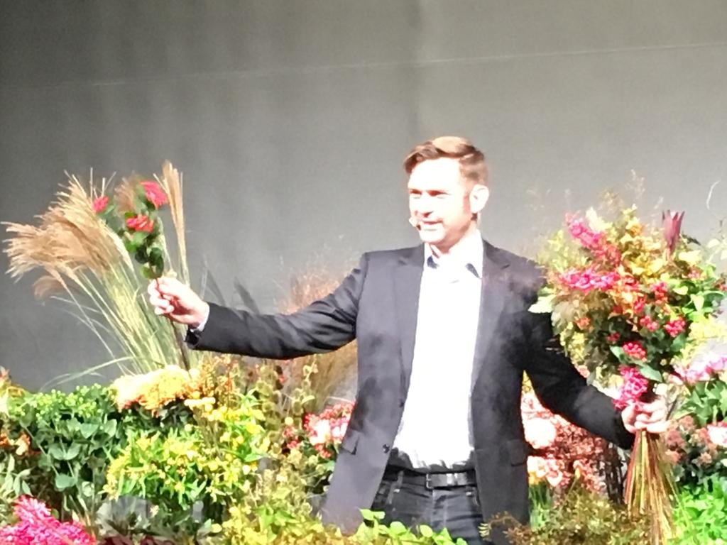 ニコライ・バーグマンさんが花束を作成している写真