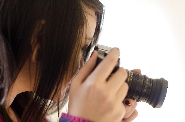 写真を撮影する女性