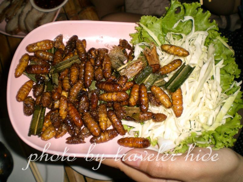 タイ東北部のイサーン地方の料理で芋虫のようなものを揚げた虫料理