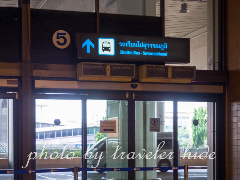 ドンムアン空港のシャトルバス乗り場を示す案内表示