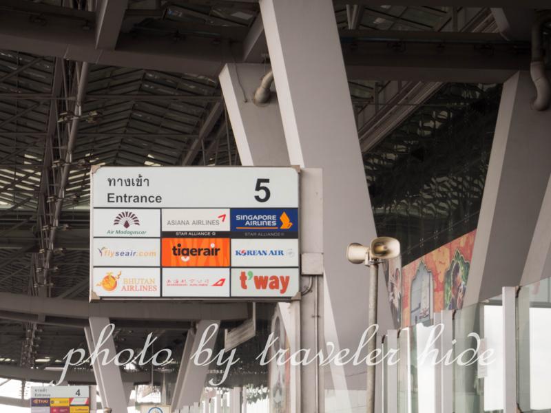 スワンナプーム空港のシャトルバス降車場近くのゲート