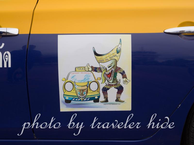 タクシーのドアに貼られているピーターコーンのステッカー