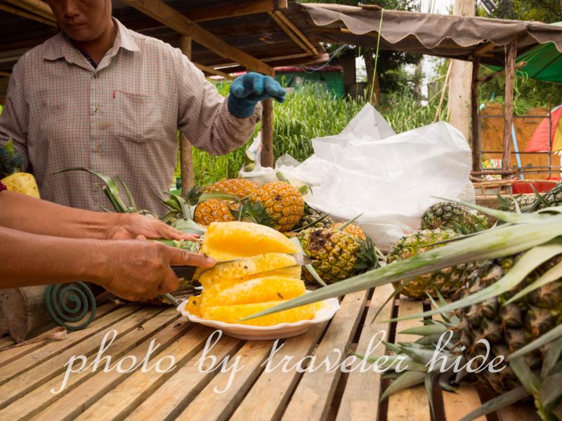 ルーイ空港からダーンサーイへ行く途中のパイナップル屋さんでパイナップルを購入