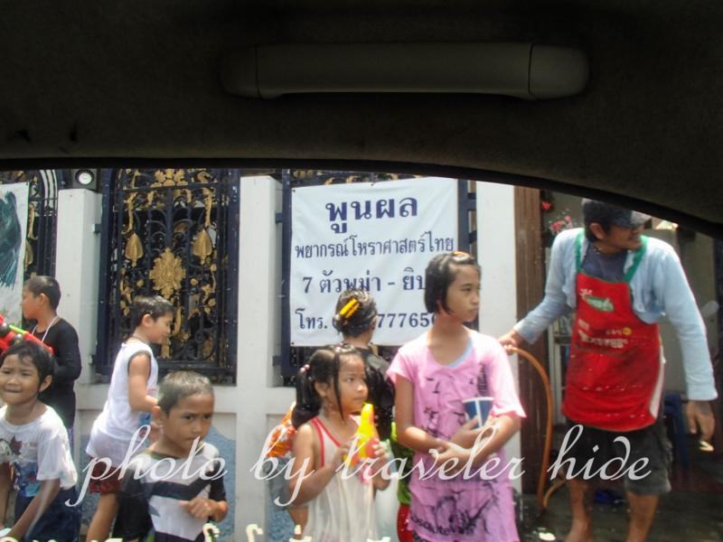 バンコクのソンクラーン(水かけ祭り)をタクシー内から撮影