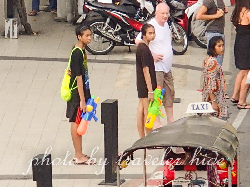 バンコクのソンクラーン(水かけ祭り)で大きな水鉄砲を持つ人々