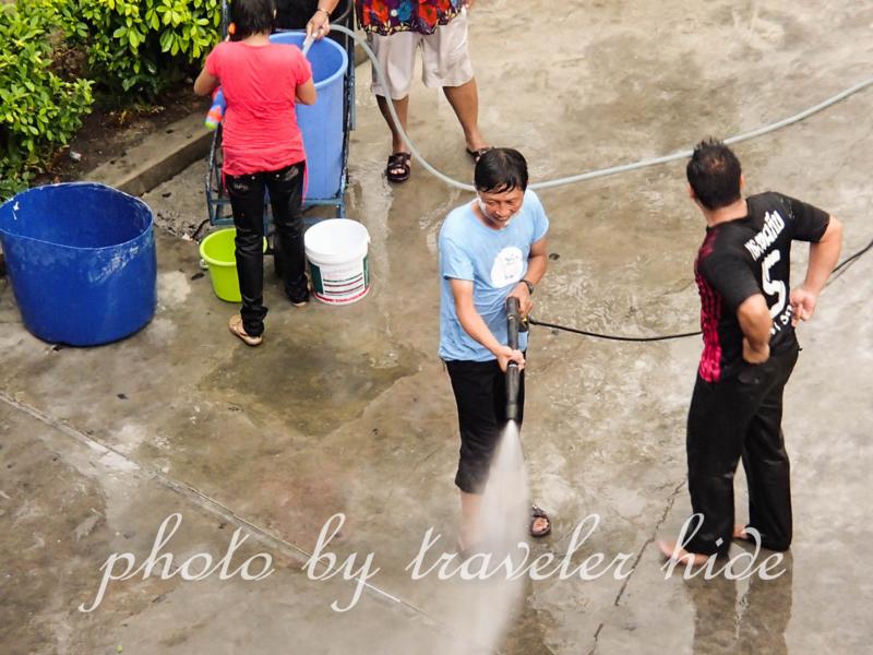 バンコクのソンクラーン(水かけ祭り)で水をかける人々