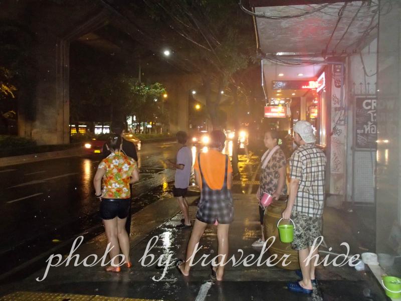バンコクのソンクラーン(水かけ祭り)で通りを歩く人に水をかけようとする人々