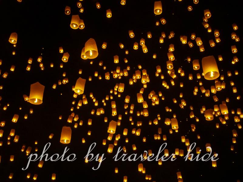 チェンマイで行われるイーペン・ランナー(Yeepeng Lanna)で夜空に放たれたコムローイ。幻想的で、とても美しい