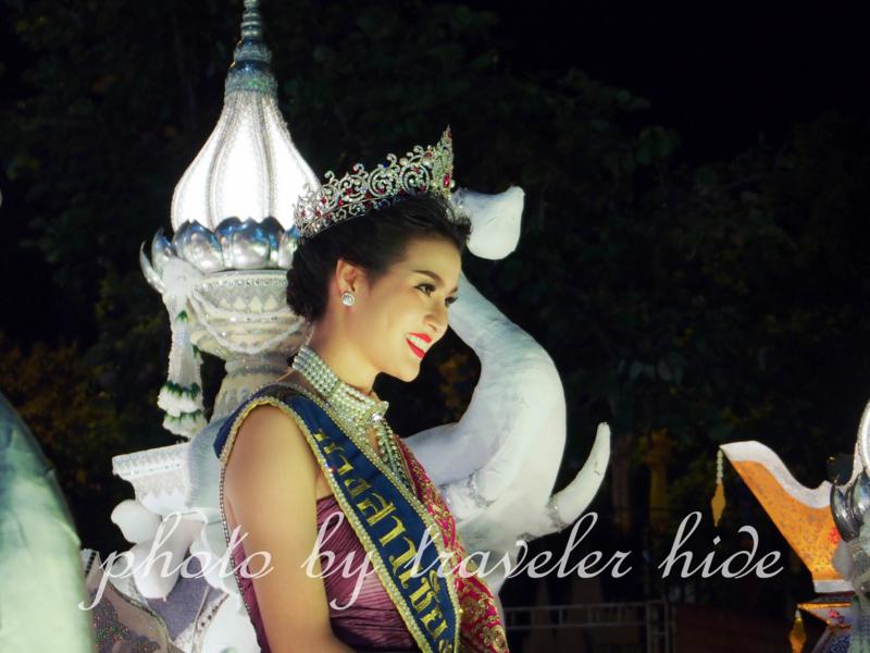 チェンマイのロイクラトンのパレードの美女