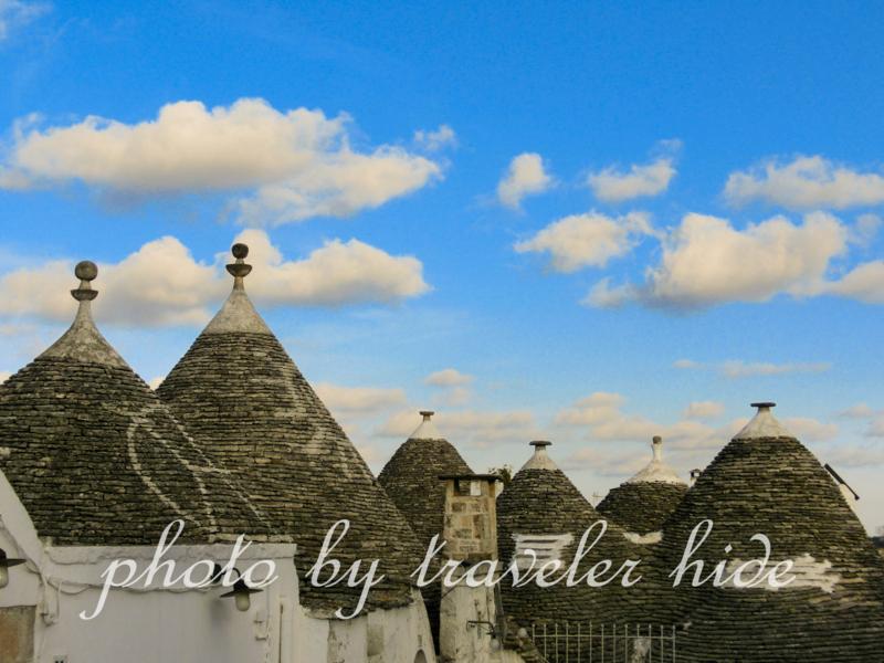 イタリアのプーリア州にある世界遺産の街アルベロベッロのとんがり屋根がかわいいトゥルッリ
