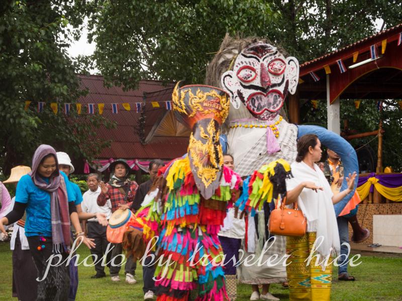 ピーターコーン祭り(Phi Ta Khon Festival)の前日にポン・チャイ寺の回りで踊る地元の人たち