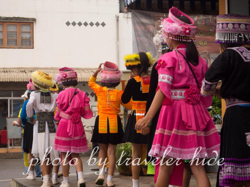 ピーターコーン祭り(Phi Ta Khon Festival)の会場に行く子供たち