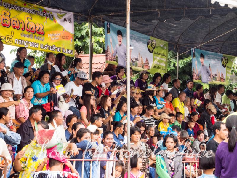 ピーターコーン祭り(Phi Ta Khon Festival)のオープニングセレモニーが始まるのを待つ人々