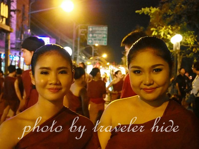チェンマイのロイクラトンの時の写真。夜のパレードに参加しているタイ人女性2人が写っている。ホワイトバランス修整前の写真である